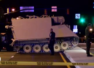 """Source : Capture d'écran de la vidéo """"Etats-Unis : Il vole un blindé de la Garde Nationale"""" publiée par """"Etcheto Antoine"""" sur Youtube. (Vidéo originale de BFMTV)"""